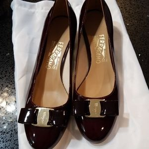FERRAGAMO PUMPS BROWN PATENT SIZE 7
